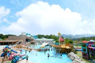 【お子様向けプール親水公園】 キッズワイドスライダーやパイレーツシップ等、お子様向けのアトラクションがいっぱい!夏季以外は水を抜いて、無料開放の公園に。