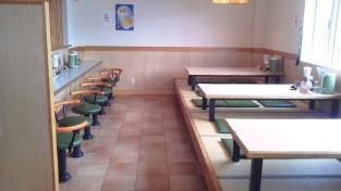 明るい店内にはカウンター席、テーブル席、座敷席をご用意。