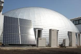 (左)太陽光パネル (中央)エネファーム