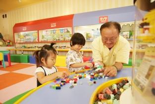 【ダイヤブロックワールド】 年齢に応じて3種類のダイヤブロックがあり、赤ちゃんから小学生まで楽しんで遊べます。付き添いのお父さんやおじいちゃんも懐かしさから夢中になる人続出♪