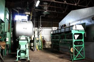 ①混ぜ合わせた醤油の原料を製麹室(せいぎくしつ)に入れ、3日間かけて麹(こうじ)をつくります。