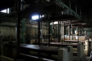 ③圧搾機(あっさくき)を使い、熟成したもろみを押しつぶして搾ります。搾ったあとのもろみは、家畜のご飯としてリサイクルされます。
