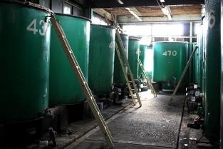 ④タンクに作ったしょうゆを入れ、中の不純物を取り除いて、出荷できるように整えていきます。