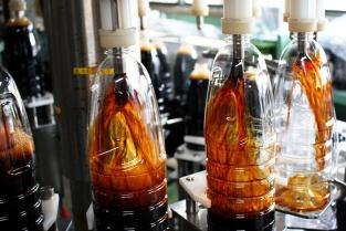 ⑤できあがった醤油は機械を使って自動的に瓶詰めされます。商品に異常がないかどうか人間が目視で確認し、検査をクリアした商品だけがお店に並びます。
