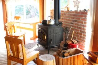 冬はノルウェー製の薪ストーブで暖かい