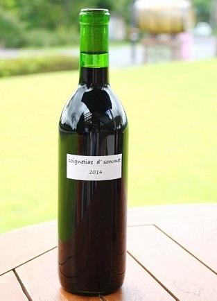 【山葡萄 赤(辛口)720ml/3564円】 数々のコンテストで受賞歴を誇る、蒜山の山ぶどうを使用した希少なワイン。ほのかな甘みの中にも、山ぶどう本来の酸味、渋みが感じられる。ボトルはワイナリー限定デザイン。