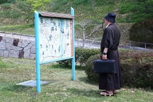 貸し衣装の着用例。金田一耕助になりきって撮影することができる。